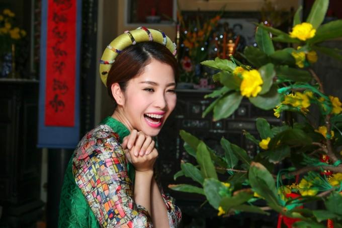 Nụ cười tỏa nắng mùa Xuân của hoa khôi Nam Em trong MV Tết sang