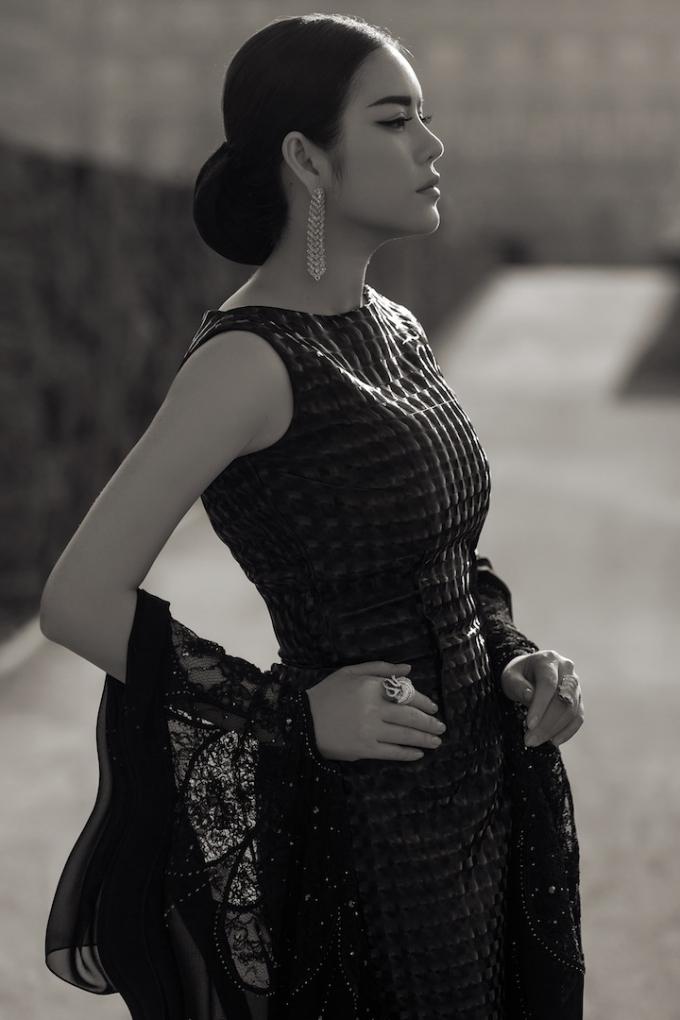 Lý Nhã Kỳ khéo léo kết hợp trang sức kim cương với bộ đầm thiết kế theo phong cáchhaute couture làm toát lên vẻ quyền quý, sang trọng và gợi cảm