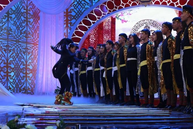 Choáng váng với hình ảnh nhạc trưởng của Táo - Vân Dung
