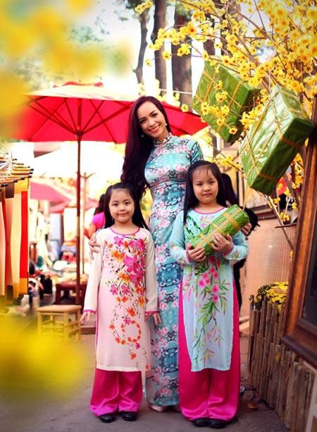 Thúy Hạnh và hai con gái mặc trang phục áo dài đón Tết cổ truyền.