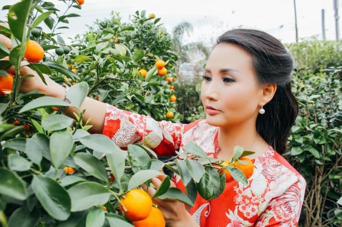 Hoa hậu Sương Đặng tự tay mua cây quất cho gia đình đón tết cổ truyền.