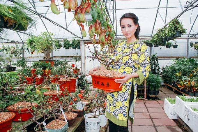 Hoa hậu quý bà Sương Đặng duyên dáng trong tà áo dàivintage xuống phố Mỹ sắm tết Việt.