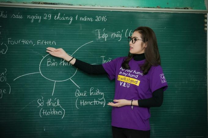 Tú Anh tham gia dạy học cho trẻ em dân tộc Thái ở Miai Châu.