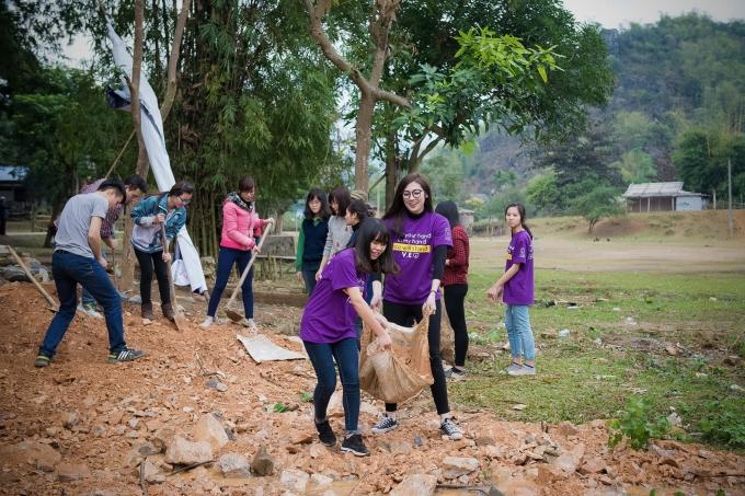 Tú Anh cùng các tình nguyện viên tham gia san đường.