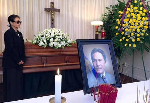 Danh ca Khánh Ly trong tang lễ của chồng.