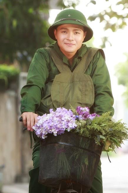 Tuấn Dương hát nhạc truyền thống cách mạng bằng tinh thần của một ngườ trẻ tuổi nên tươi sáng và nhẹ nhàng.