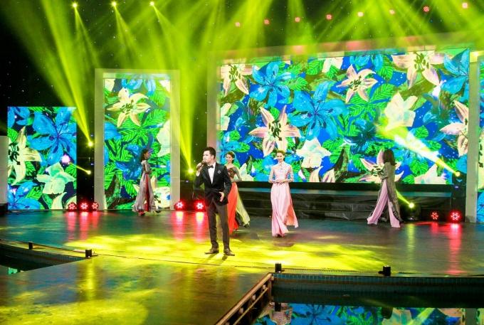 Ca sĩ Quang Dũng hát khúc ca xuân cùng dàn người mẫu trình diễn bộ áo dài
