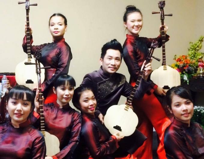 Ca sĩ Quang Thành và các nghệ sĩ trẻ gìn giữ nét văn hóa truyền thống của quê hương ở xứ người