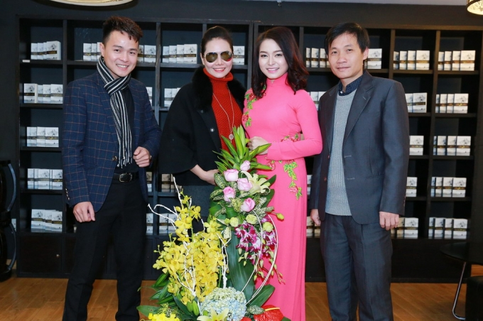 Đồng nghiệp và bạn bè tới chúc mừng Đinh Trang ra mắt album