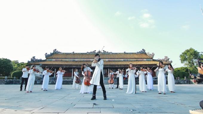 Một hình ảnh trong MV Tự nguyện của Hoàng Rob
