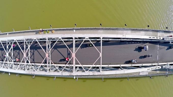 Cầu Tràng Tiền bắc ngang dòng Hương Giang thơ mộng
