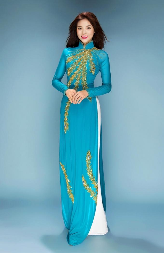 Hoa hậu Kỳ Duyên tha thướt trong tà áo dài Việt Nam.