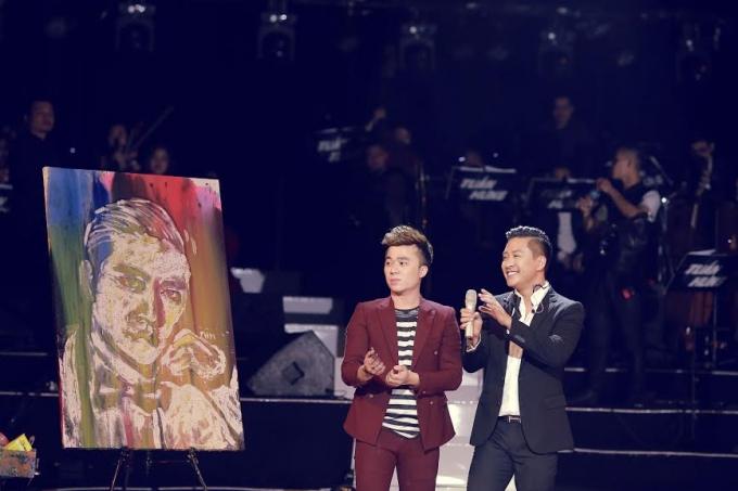 Họa sĩ Hồng Minh vẽ chân dung Tuấn Hưng bằng màu nước. Đây cũng là bức tranh Tuấn Hưng bán đấu giá được 175 triệu đồng ngay trong Liveshow