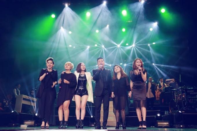 Tuấn Hưng cùng các trò cưng trong Team Thevoice 2015 cất vang bài hát