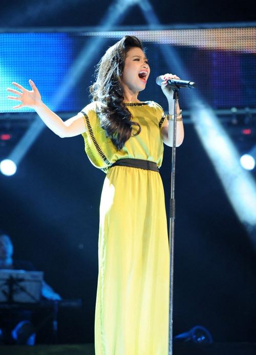 Ca sĩ Dương Hoàng Yến tham gia biểu diễn văn nghệ chúc mừng Dược Việt Đức 10 năm tuổi.