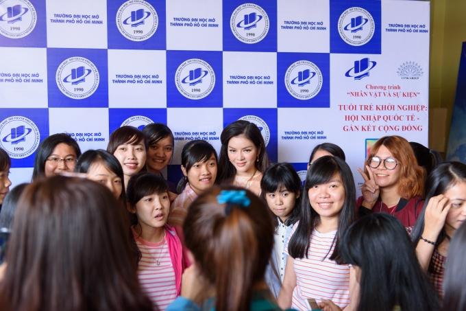 Lý Nhã Kỳ trong vòng vây của các sinh viên trường đại học Mở - TP Hồ Chí Minh.