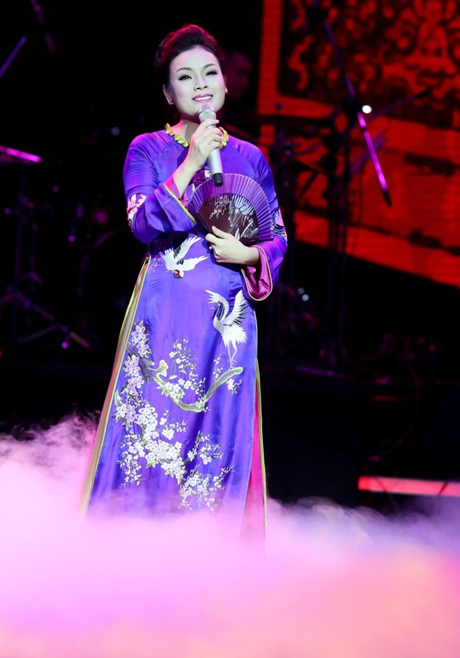 Ca sĩ Tân Nhàn biểu diễn trong lễ kỷ niệm của Dược Việt Đức.