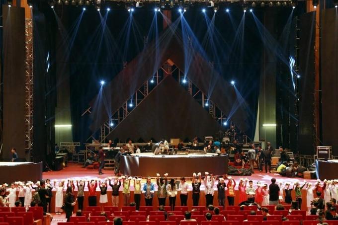 Hàng trăm em nhỏ CLB Ngọc Trai Việt tham gia phụ họa cho tiết mục của Lệ Quyên.