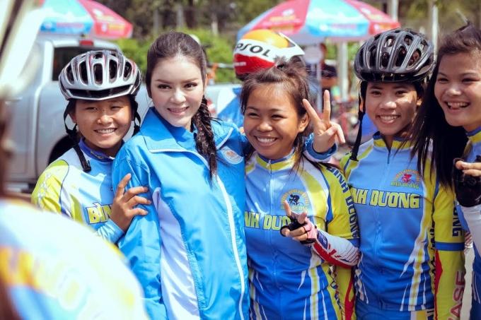 Lý Nhã Kỳ - PCT Liên đoàn moto xe đạp thể thao Việt Nam thân thiện chụp hình cùng các nữ cua - rơ
