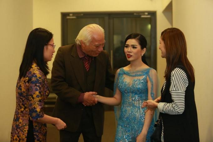 Lệ Quyên vô cùng bất ngờ và xúc động khi gặp lại thầy giáo và bạn thân.
