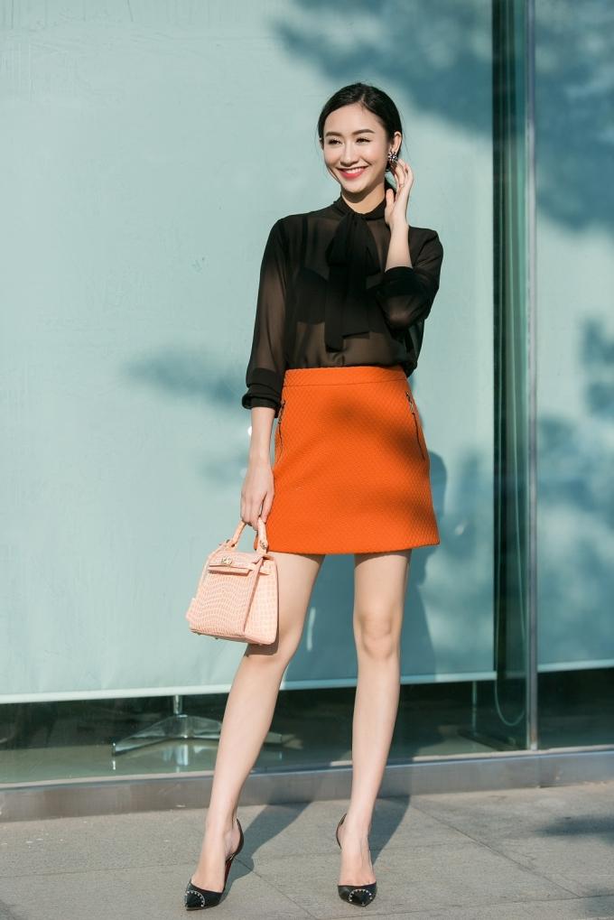 Á hậu Hà Thu quyến rũ trong bộ thời trang xuống phố.