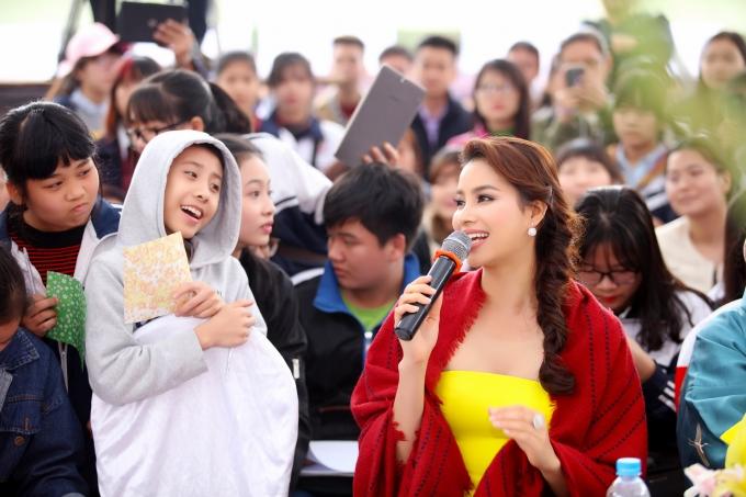 Phạm Hương thân thiện giao lưu cùng các khán giả nhí.