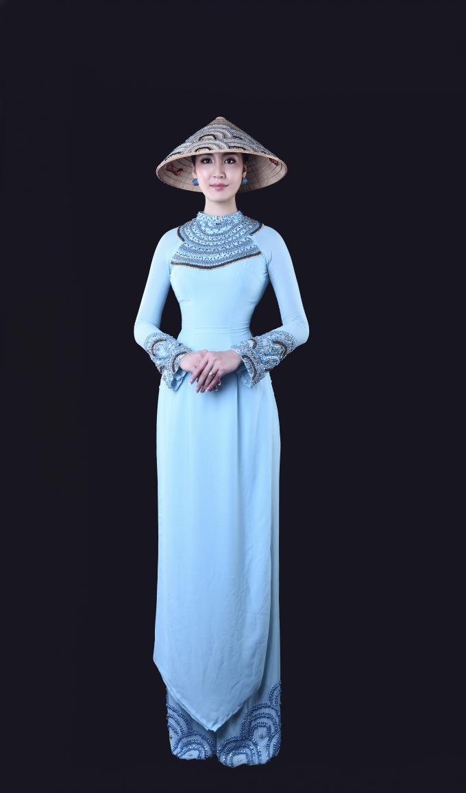 Á hậu Thùy Trang lãm mẫu ảnh cho những thiết kế của sinh viên khoa thời trangTrường Cao đẳng Văn hóa Nghệ thuật và Du lich Sài Gòn.