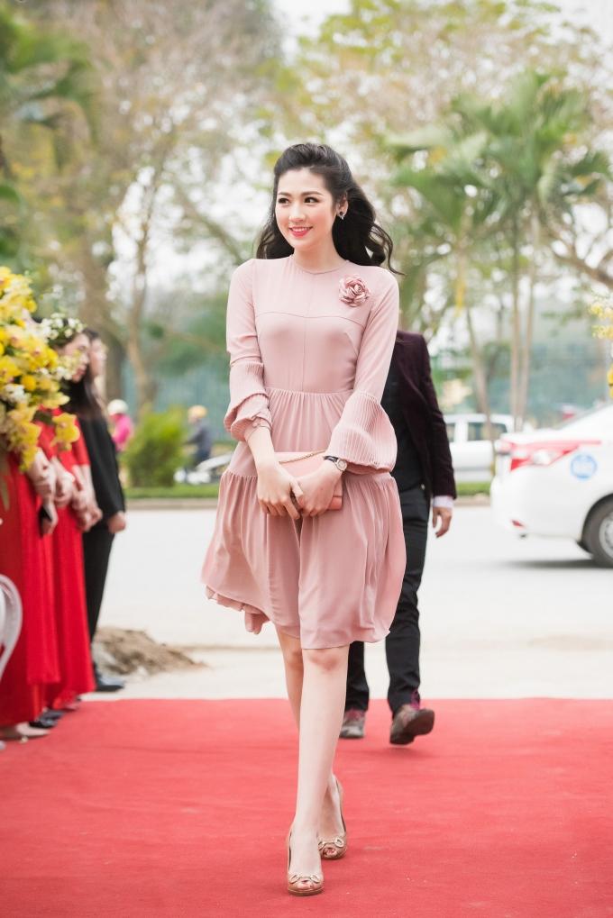 Á hậu Tú Anh dịu dàng xuất hiện trong một sự kiện cuối tuần qua tại Hà Nội.