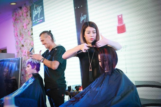Chuyên gia tóc hàng đầu của Ý - Carlo Franco và nhà tạo mẫu tóc Xuân Thương cùng trổ tài làm đẹp cho tóc.