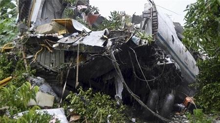 Mảnh vỡ máy bay vận tải tại hiện trường. Ảnh: Reuters