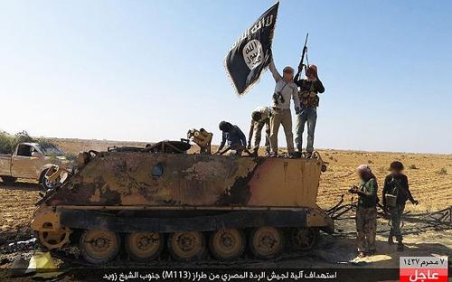 Các thành viên nhóm Wilayat Sinai tấn công vào một xe bọc thép của quân đội Ai Cập. (Ảnh: Telegraph)