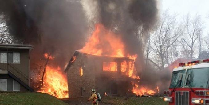 Máy bay Mỹ lao vào tòa nhà, bốc cháy dữ dội. (Ảnh:Beacon Journal)