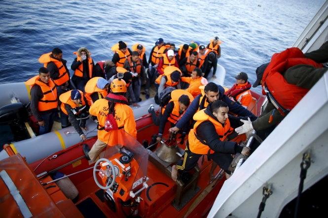 Cảnh sát biển Thổ Nhĩ Kỳ giải cứu người tị nạn trên biển. (Ảnh: Reuters)