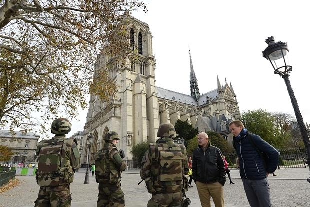 Lính Pháp tuần tra trên các đường phố. (Ảnh: AFP)
