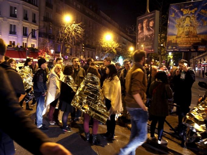 Khung cảnh hỗn loạn bên ngoài nhà hát Bataclan sau khi bị tấn công