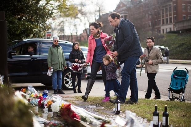 Người dân mang hoa đến Đại sứ quán Pháp tại thủ đôWashington, DC. (Ảnh:EPA)