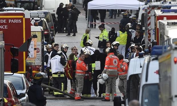 Binh sĩ và nhân viên cứu hỏa tập trung ở khu vực xảy ra cuộc đọ súng. (Ảnh: AFP)
