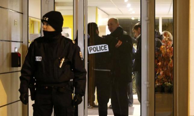 Cảnh sát Pháp tại nơi phát hiện đai thuốc nổ. (Ảnh:Reuters)