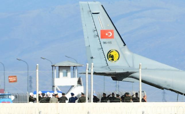 Thổ Nhĩ Kỳ bàn giao thi thể phi công Su-24 cho Nga. (Ảnh:Reuters)