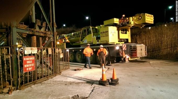 Cần cẩu đang tham gia giải cứu 17 thợ mỏ bị mắc kẹt. (Ảnh:CNN)