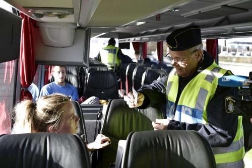 Cảnh sát kiểm tra hộ chiếu của hành khách trên xe buýt tại Lernacken, phía cầu liên hầm Oresund ở Thụy Điển. (Ảnh: Reuters)