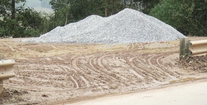 Những đoạn hàng rào chắn trên đường Hồ Chí Minh bị tháo dỡ để thuận tiện tập kết cát và vật liệu xây dựng.