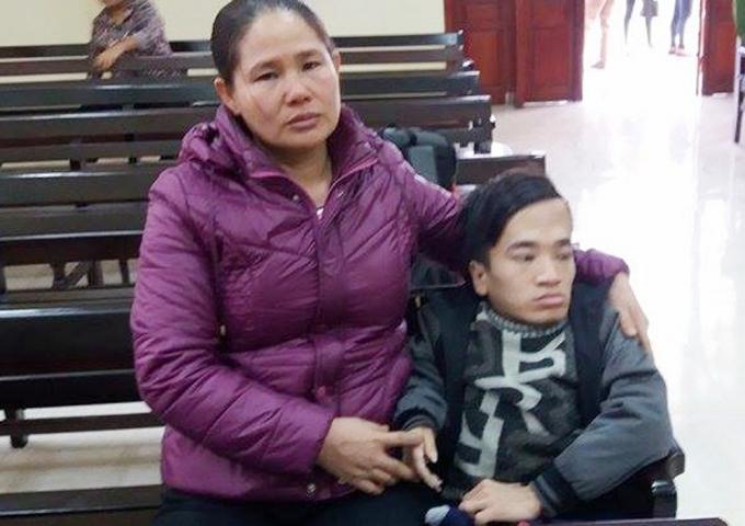 lHai mẹ con bà Nguyễn Thị Lâm và Trần Văn Hà tại phiên tò
