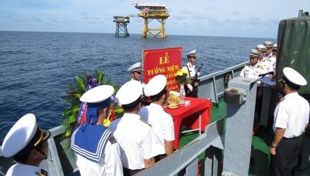 Lễ tưởng niệm các anh hùng liệt sĩ giữa biển khơi.