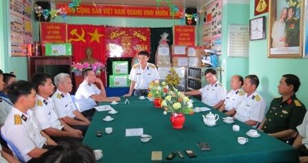 Đại tá Tô Văn Thư – Phó tham mưu trưởng Vùng 2 Hải quân (người đứng ở giữa) thăm hỏi, chúc Tết Nhà giàn DK1/17.