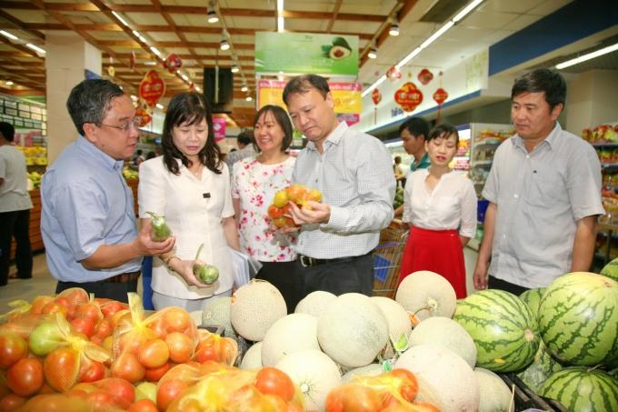 Kiểm tra chất lượng rau, củ, quả tại siêu thị.