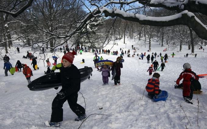 Trẻ nhỏ cùng nhau chơi trượt tuyết. (Ảnh:AP)