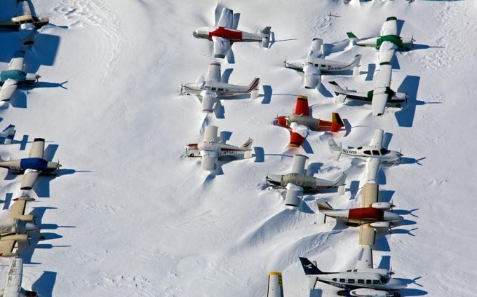 Sân bay trắng xóa màu tuyết. (Ảnh:AP)