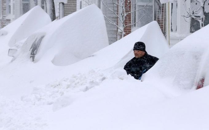Xe ô tô bị tuyết phủ kín. (Ảnh: AP)