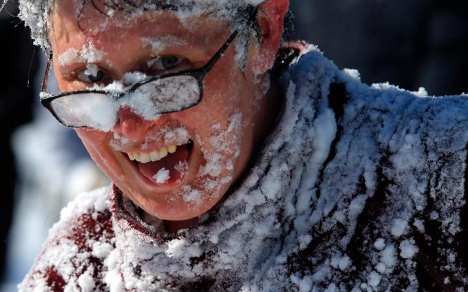 Người đàn ông thích thú, chơi đùa dưới tuyết. (Ảnh:Reuters)